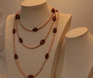 Cassias et perles de culture d'eau douce rose