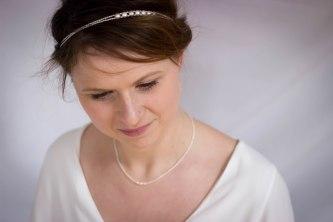 Camille pore une parure finesse et lumière, perles d'eau douce blanche