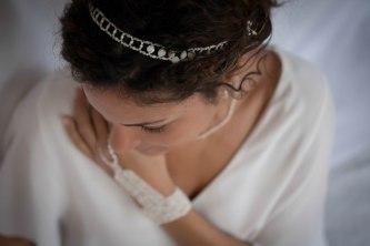 Karine pourte une parure résille & roses et un bijou de main, nacre
