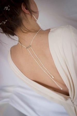 Maud porte un collier de dos en nacre