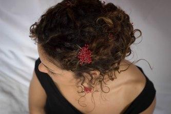 Karine porte une parure constellation bambou de mer teinté rouge