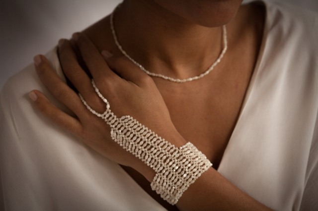 Bijou de main de mariée en perles de nacre