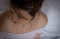 Camille porte une parure Constellation quartz rose