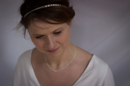 Camille porte le headband Lumière Banche et le collier Finesse et lumière en perles d'eau douce blanches