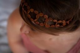 Camille porte le headband Graines féeriques.