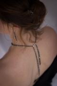 Camille porte le collier dos nu Hématite