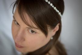Maud porte le headband Nacres, Palets & Roses