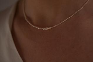 Camiile porte la parure fFinesse et Lumière en perles d'eau douce blanches