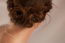 Camille est coiffée avec des épingles constellation blanches, en perles d'eau douce blanches.