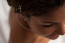 Karine est coiffée avec des épingles bijoux constellation blanche en nacre