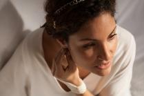 Karine porte le headband Nacres & Roses, un bijou de main résille nacre et un collier fin en nacre