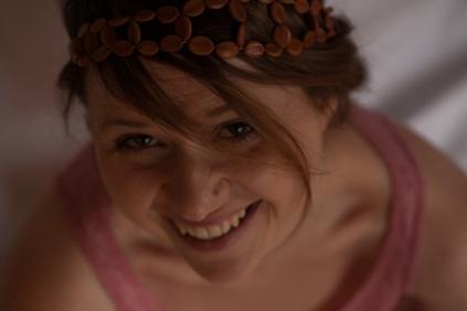 Camille porte la couronne féerie en graines cassia grandis