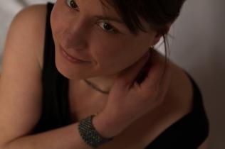 Maud porte la parure Lumière Noire, perles d'eau douce teintées noires