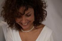Karine porte la parure Rivière en perles d'eau douce blanches