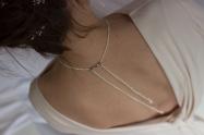 Maud porte le collier Délicat Dos Nu en nacre