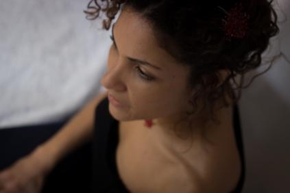 Karine porte une parure Constellation rouge