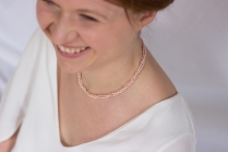 Camille porte le collier Poudre