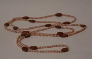 Sautoir perles de culture rose et graines cassia grandis caramel