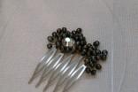 Peigne, perles d'eau douce teintées noires, strass swarovski